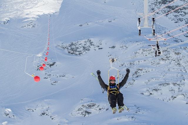 La plus longue tyrolienne d'Europe à Val Thorens - activité insolite en station de ski